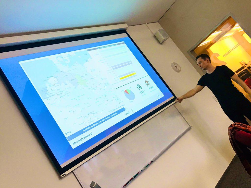 Timo Radzik beim Präsentieren von Daten in der Microsoft PR bei der Akademie der Bayerischen Presse, Otto Seminar