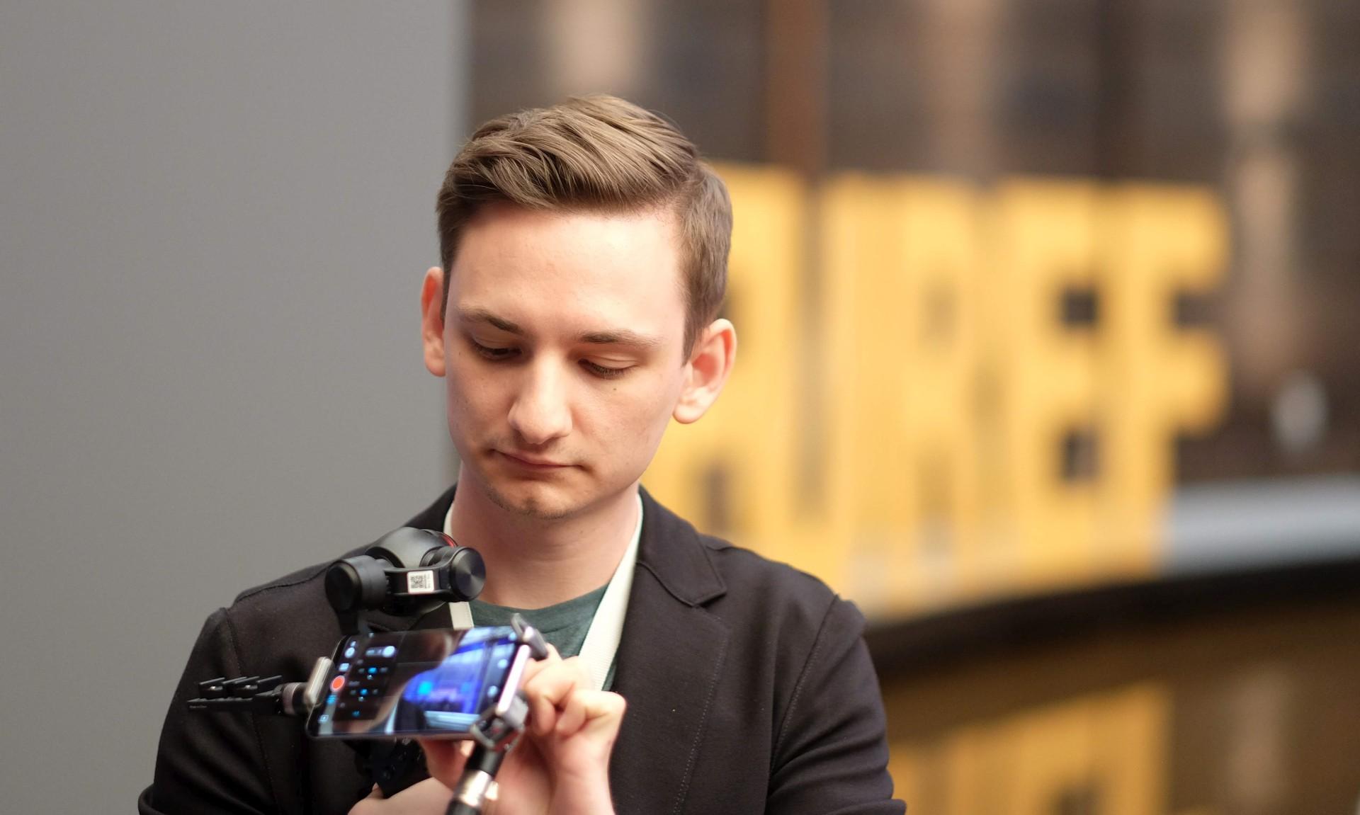 Timo, der konzentriert die Osmo Zenmuse Kamera einstellt